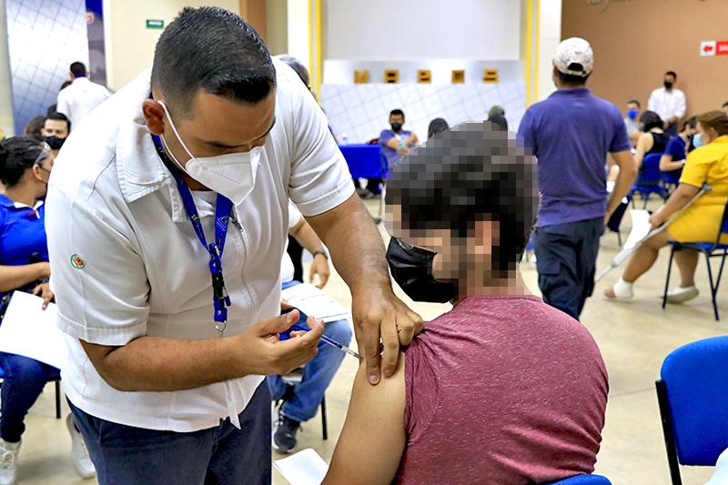 SALUD ESTATAL COLABORA EN LA JORNADA DE VACUNACIÓN CONTRA COVID DE PERSONAS MAYORES DE 18 AÑOS
